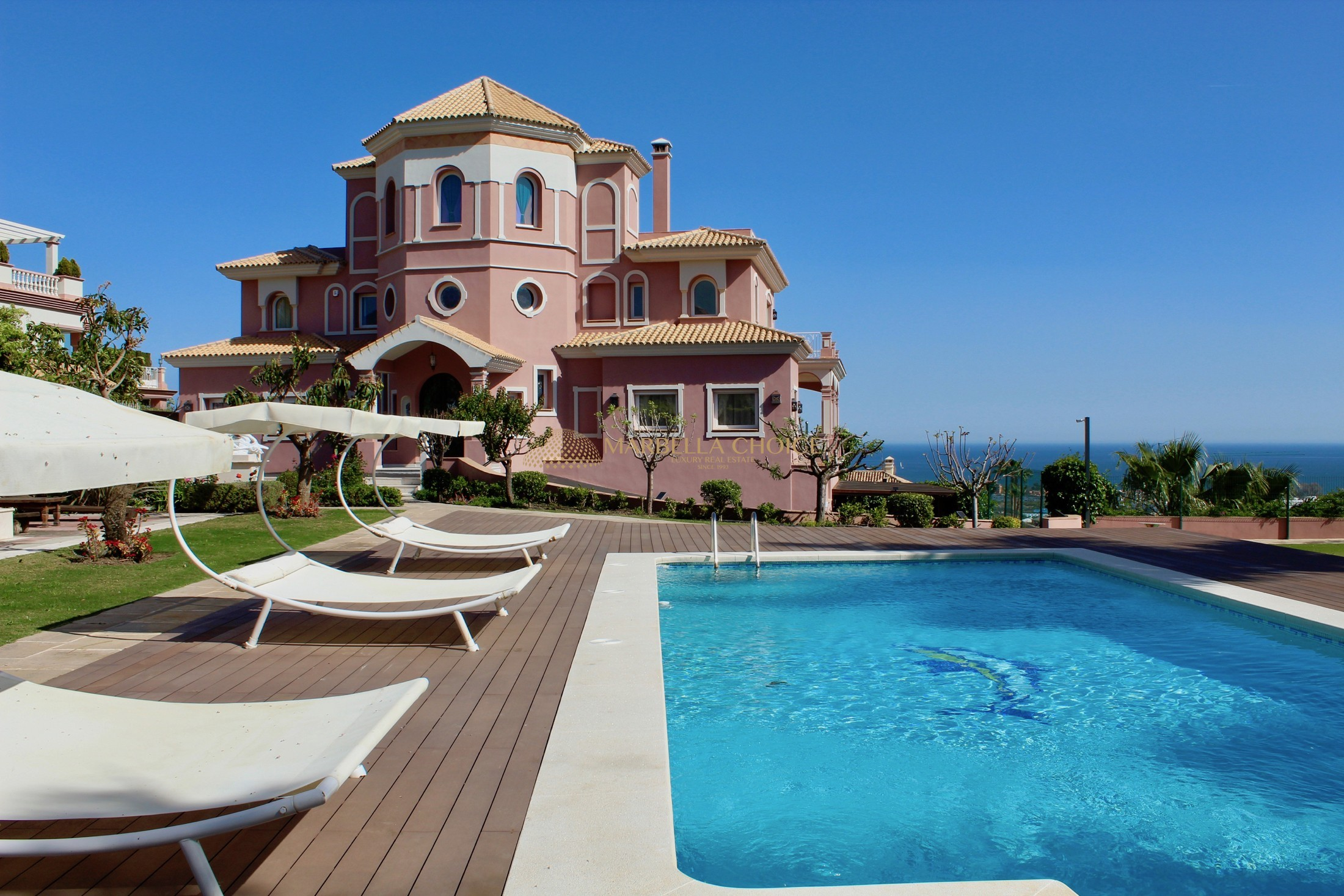 Majestic mansion built on 3 plots in Los Flamingos